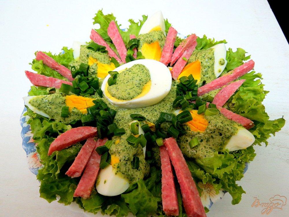 Фото приготовление рецепта: Закуска из яиц, салями и зелёного соуса шаг №12