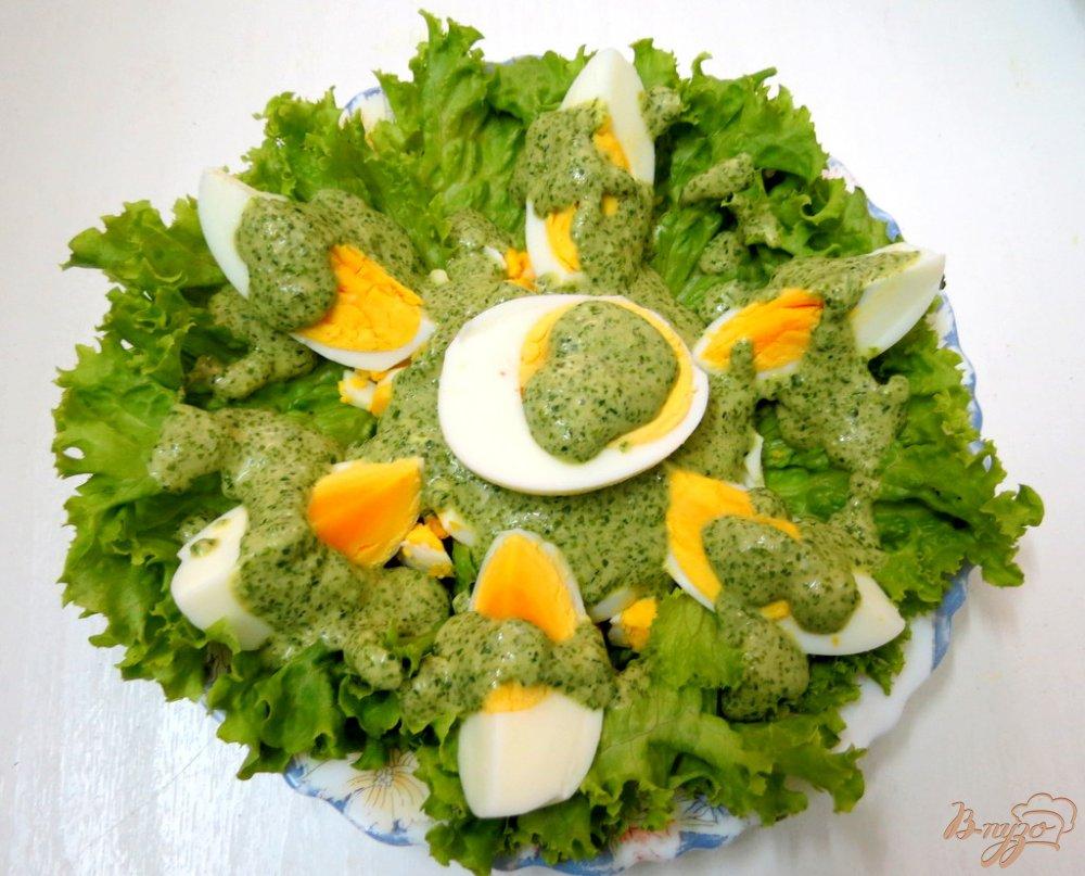 Фото приготовление рецепта: Закуска из яиц, салями и зелёного соуса шаг №9