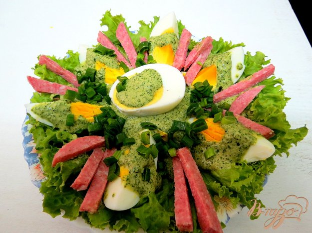фото рецепта: Закуска из яиц, салями и зелёного соуса