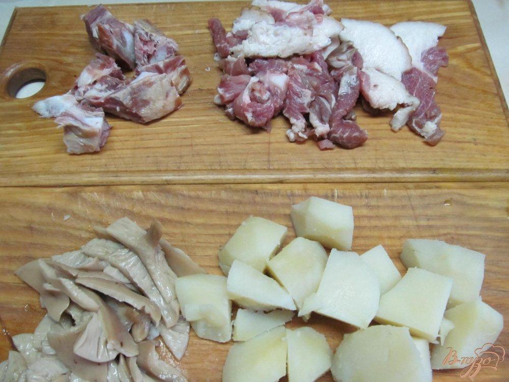 Фото приготовление рецепта: Теплый салат из картофеля грибов и каперсов шаг №1