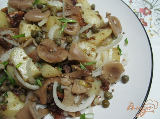 фото рецепта: Теплый салат из картофеля грибов и каперсов