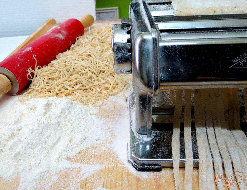 Фото приготовление рецепта: Суп с домашней лапшой шаг №6