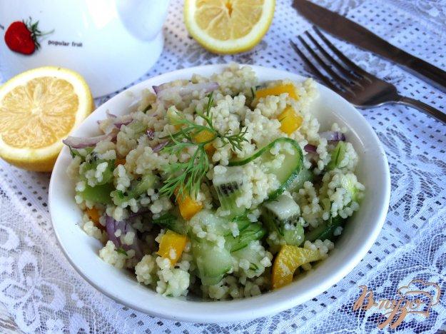 фото рецепта: Салат с кускусом, киви и овощами