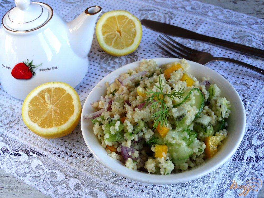 Фото приготовление рецепта: Салат с кускусом, киви и овощами шаг №4