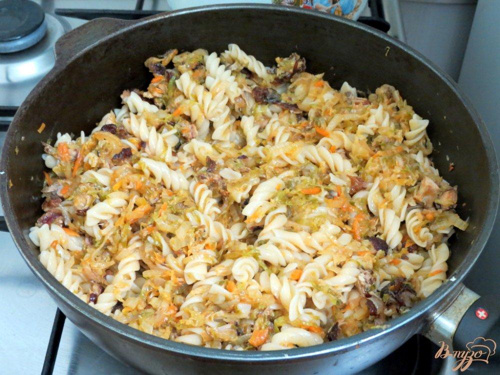 Фото приготовление рецепта: Тушёная пекинская капуста с макаронами спиральками. шаг №8