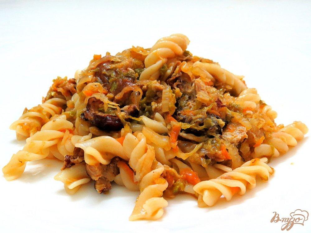 Фото приготовление рецепта: Тушёная пекинская капуста с макаронами спиральками. шаг №9