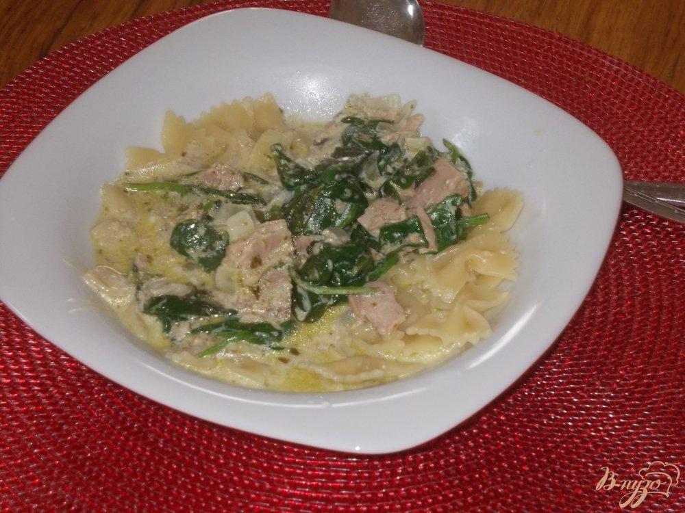Фото приготовление рецепта: Макаронные бантики с тунцом в сливочном соусе из шпината и соуса песто шаг №5