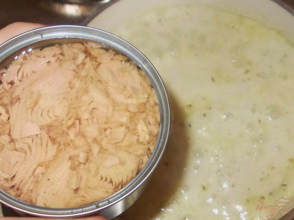 Фото приготовление рецепта: Макаронные бантики с тунцом в сливочном соусе из шпината и соуса песто шаг №4