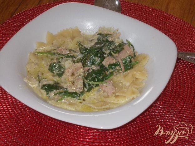 фото рецепта: Макаронные бантики с тунцом в сливочном соусе из шпината и соуса песто