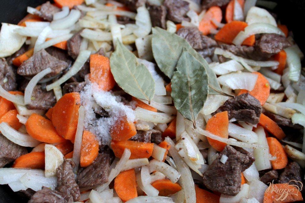 Фото приготовление рецепта: Говядина с корнеплодами шаг №7