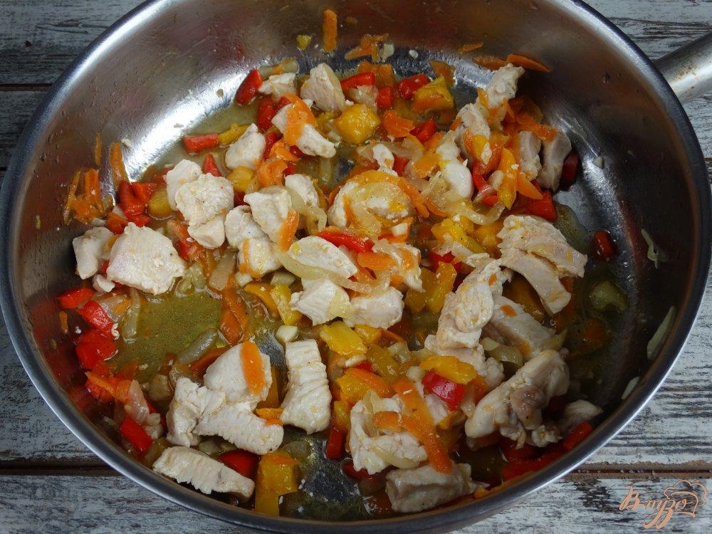 Фото приготовление рецепта: Сочный куриный гуляш шаг №3