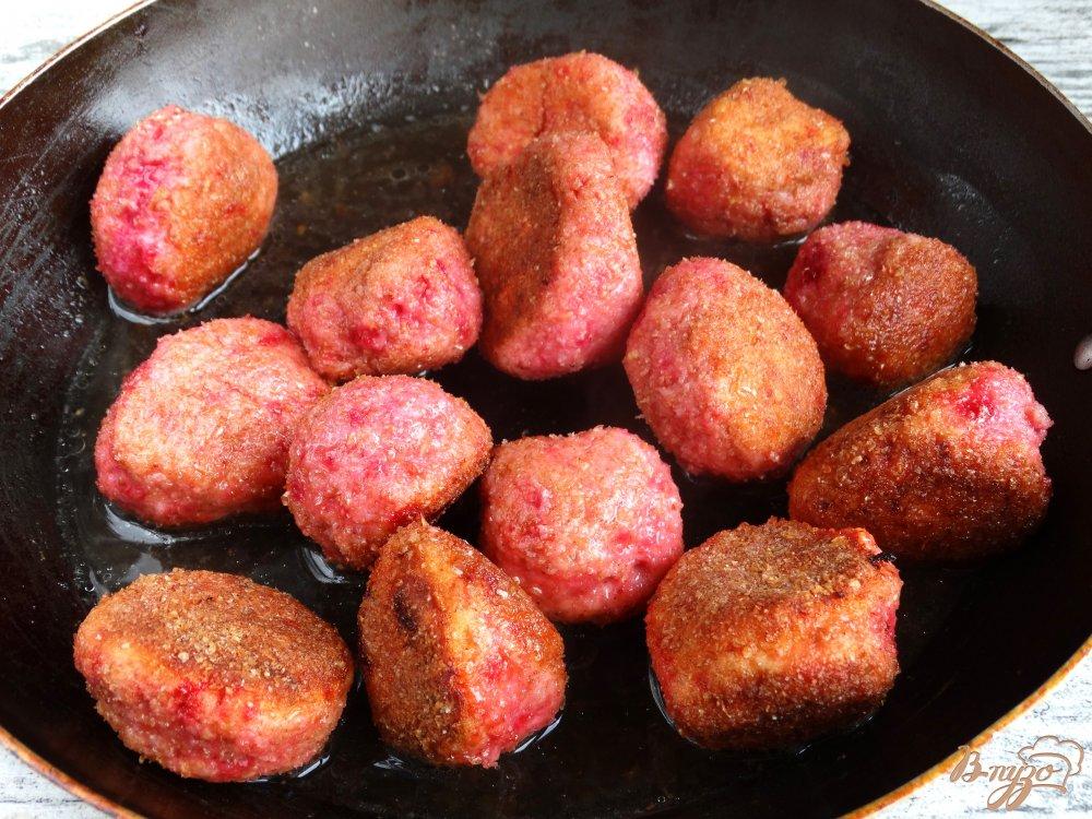 Фото приготовление рецепта: Куриные крокеты с творогом и свеклой шаг №7