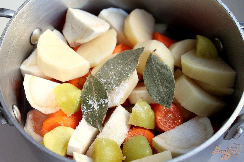 Фото приготовление рецепта: Крем-суп с бужениной и сыром шаг №4