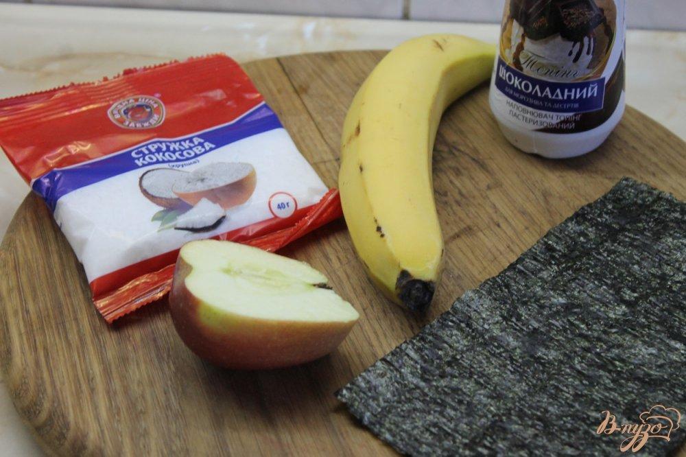 Фото приготовление рецепта: Шоколадный ролл с фруктами шаг №3