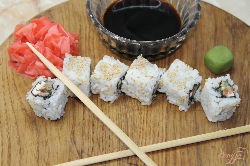 Фото приготовление рецепта: Ролл с соленым лососем огурцом и сыром в кунжуте шаг №8