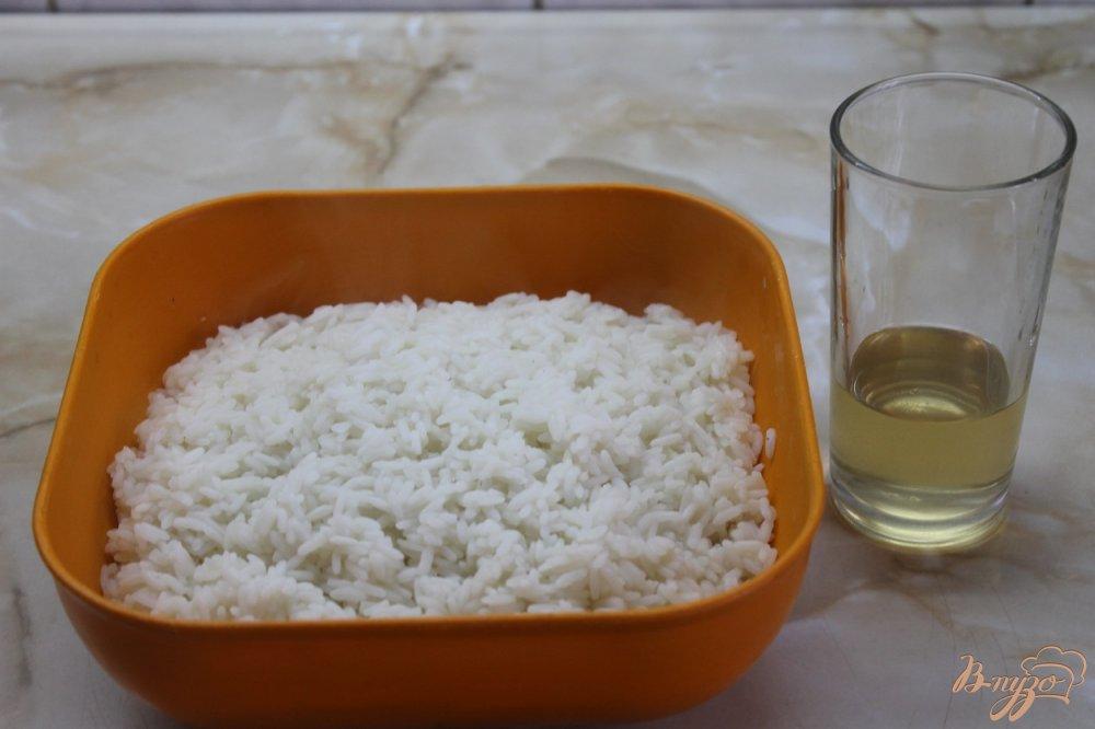 Фото приготовление рецепта: Ролл с соленым лососем огурцом и сыром в кунжуте шаг №2