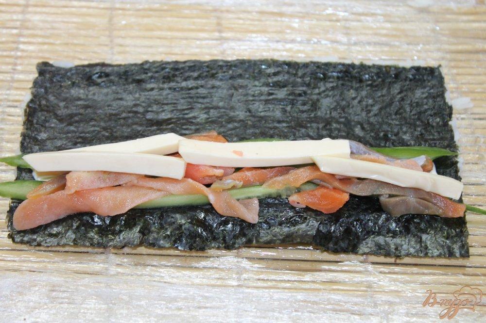 Фото приготовление рецепта: Ролл с соленым лососем огурцом и сыром в кунжуте шаг №6