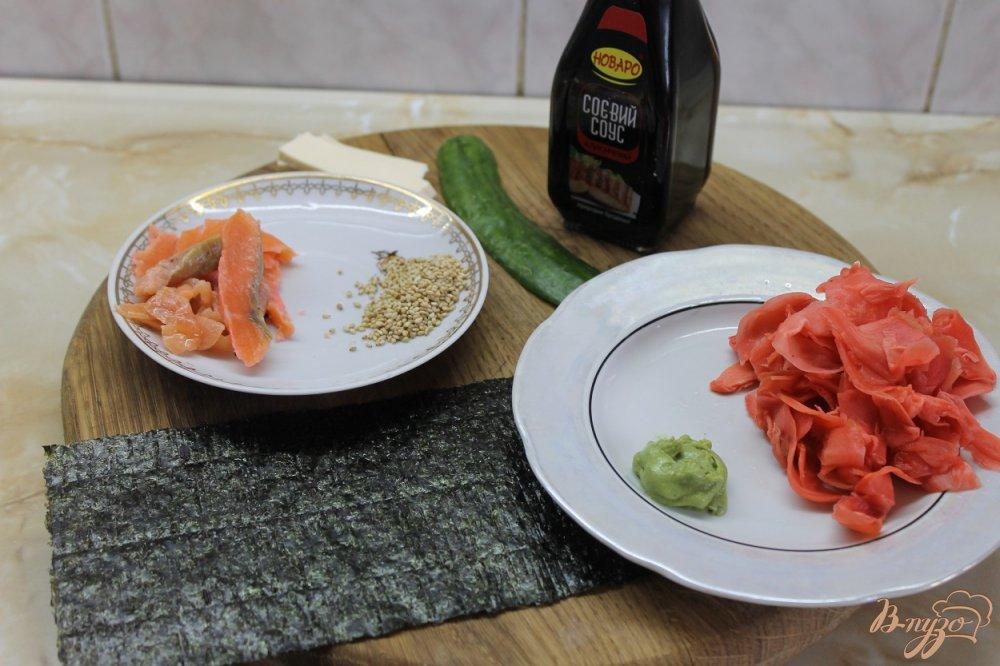 Фото приготовление рецепта: Ролл с соленым лососем огурцом и сыром в кунжуте шаг №3