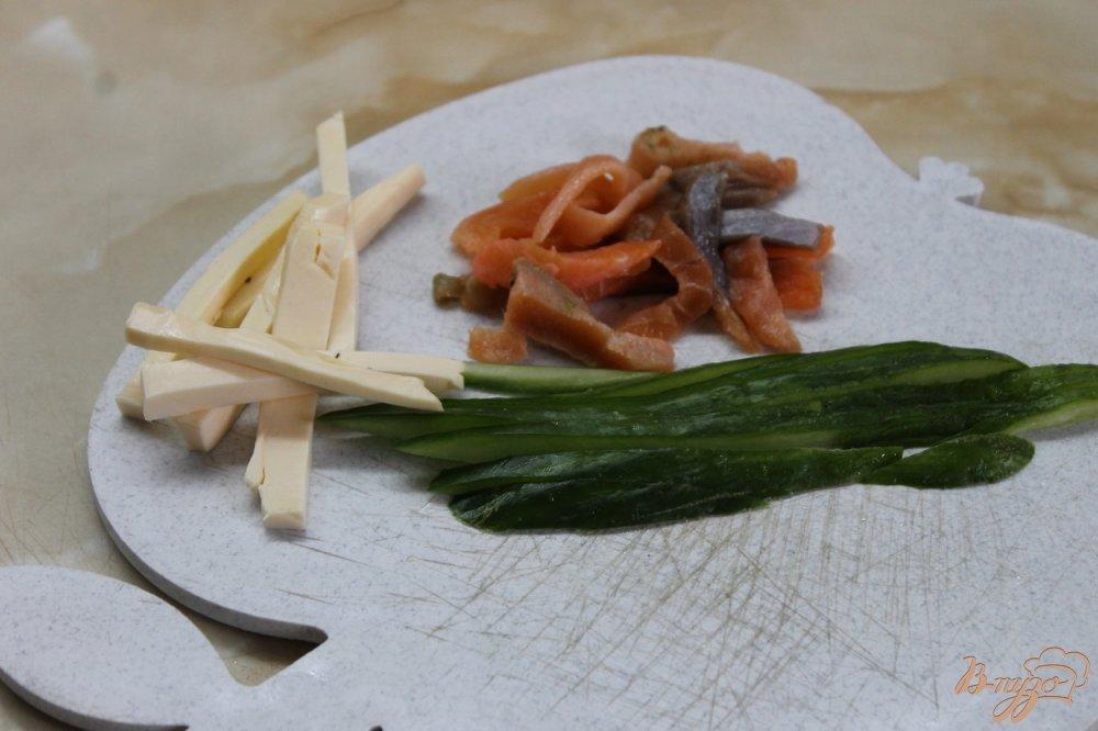 Фото приготовление рецепта: Ролл с соленым лососем огурцом и сыром в кунжуте шаг №4