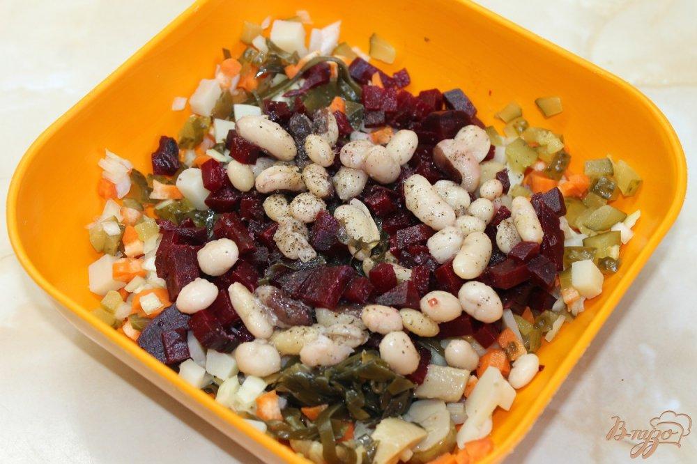 Фото приготовление рецепта: Винегрет с белыми маринованными грибами и морской капустой шаг №4