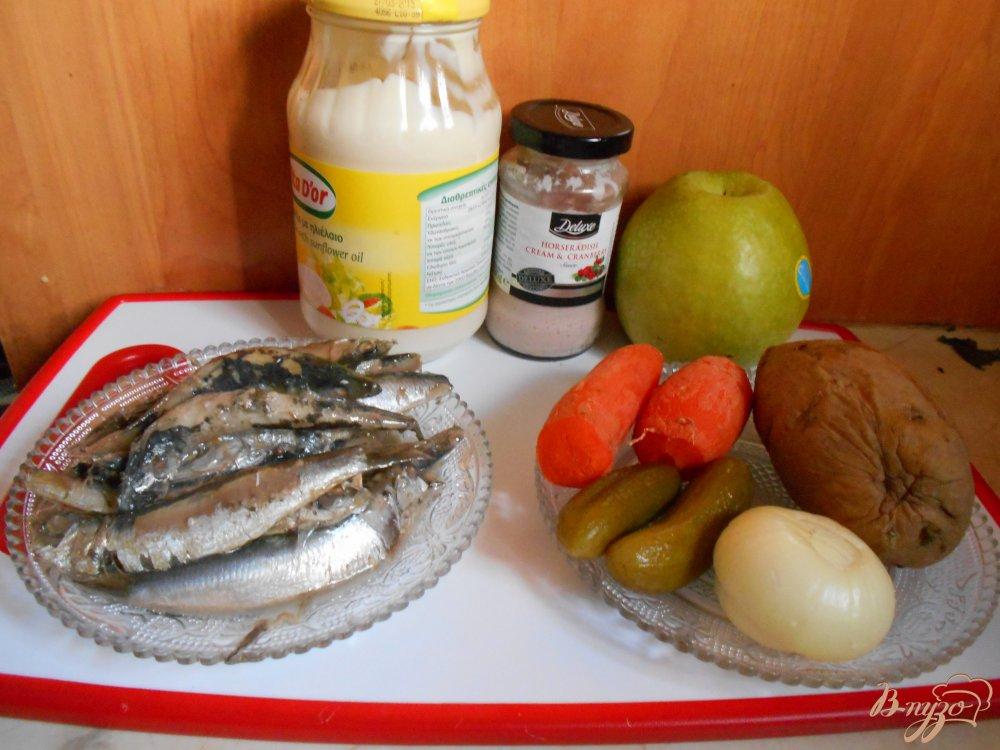 Фото приготовление рецепта: Русский салат с килькой шаг №1