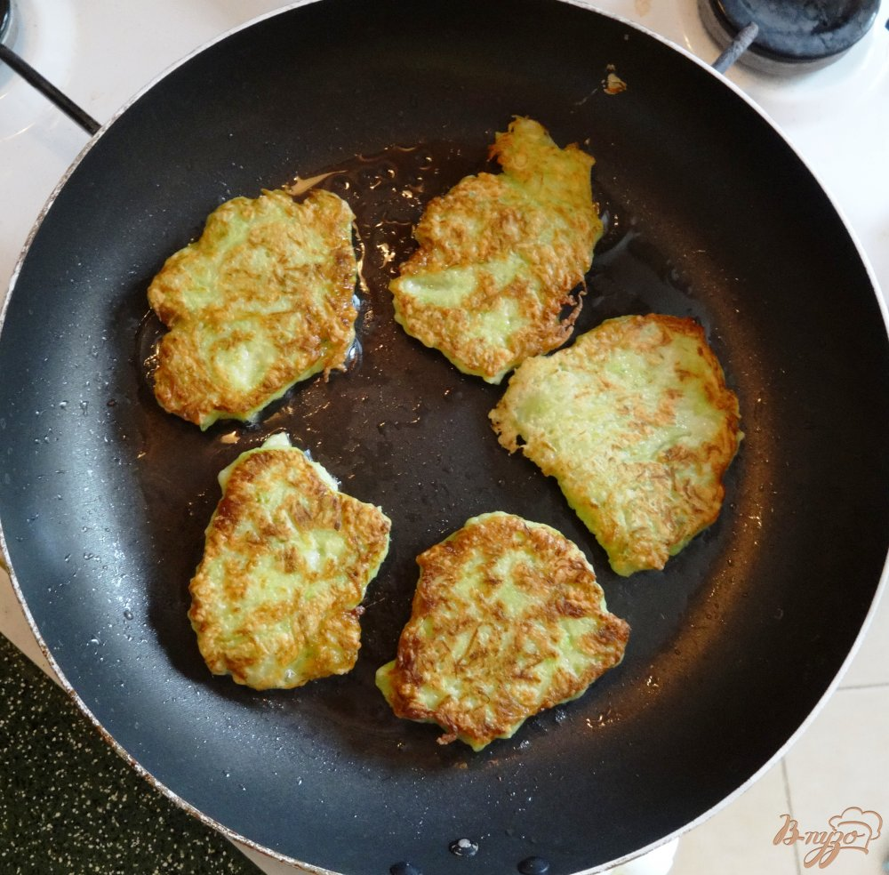 Фото приготовление рецепта: Кабачковые оладушки шаг №7