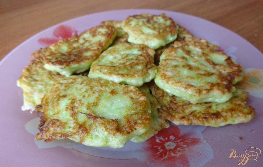 Фото приготовление рецепта: Кабачковые оладушки шаг №8