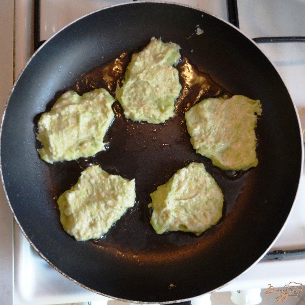 Фото приготовление рецепта: Кабачковые оладушки шаг №6