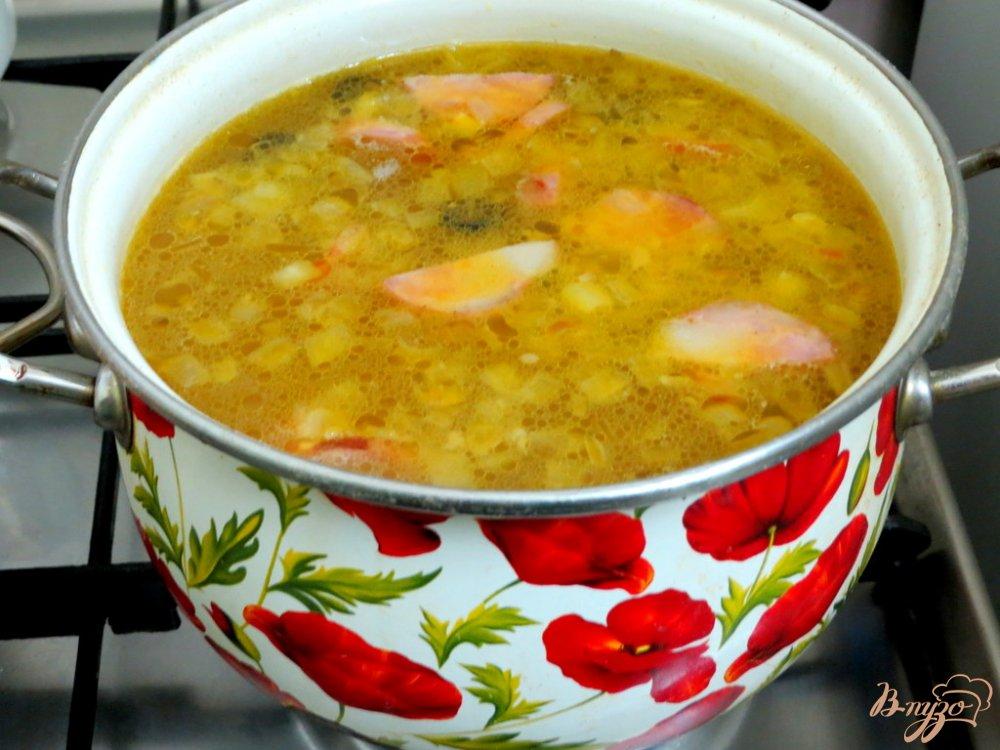 Фото приготовление рецепта: Рассольник с копчёной колбасой и оливками шаг №8