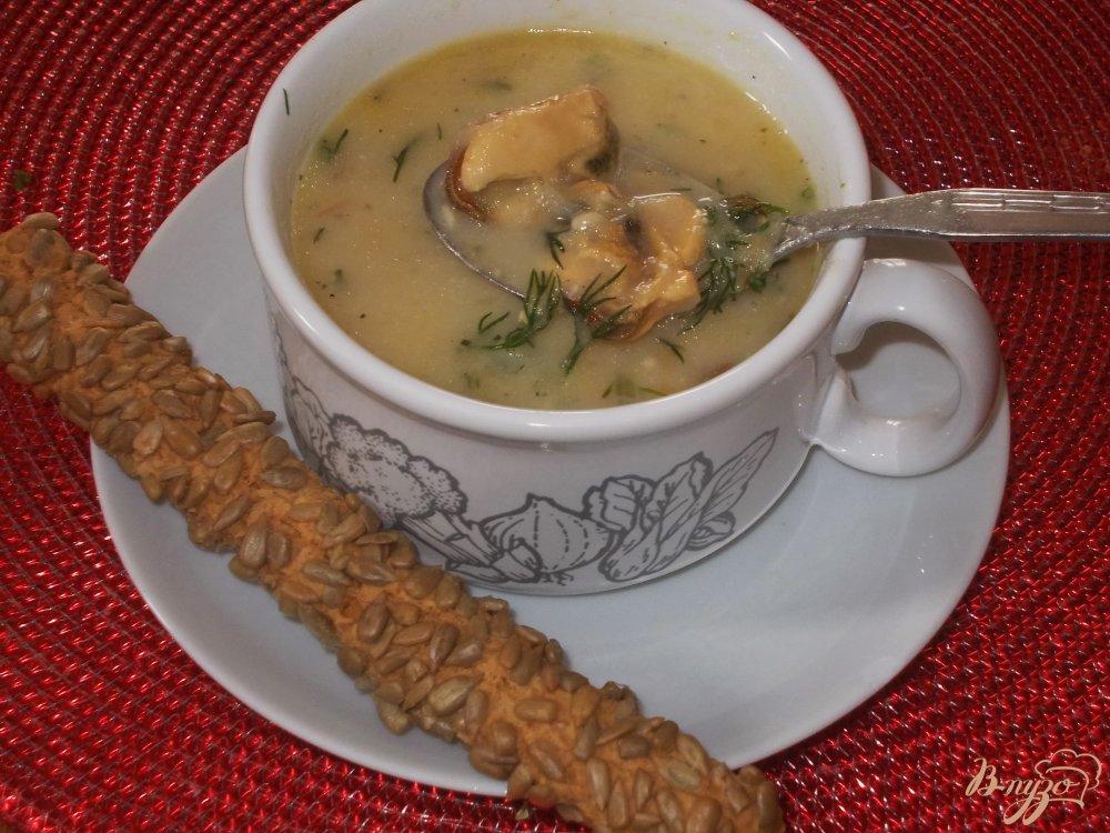 Фото приготовление рецепта: Сырный суп с мидиями шаг №7