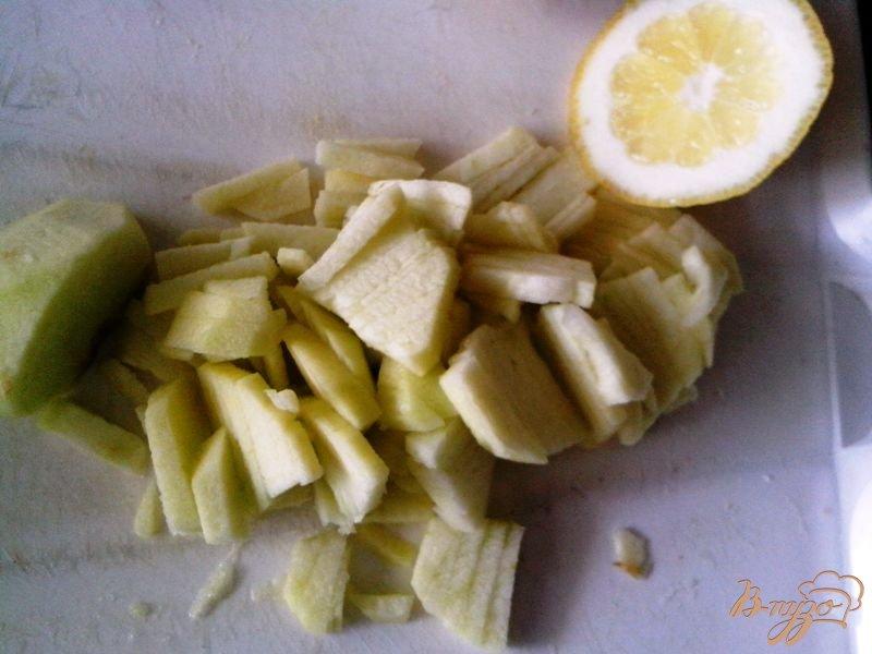 Фото приготовление рецепта: Лёгкий салат с крабовыми палочками и арахисом шаг №4