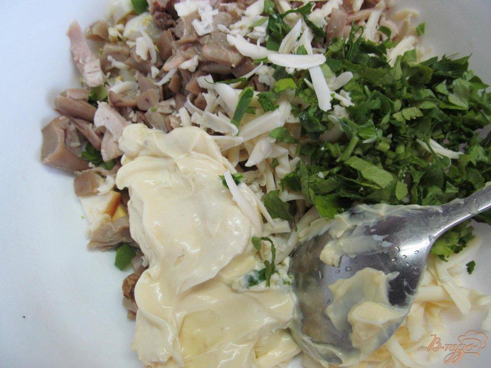 Фото приготовление рецепта: Салат из курицы грибов и арахиса шаг №4