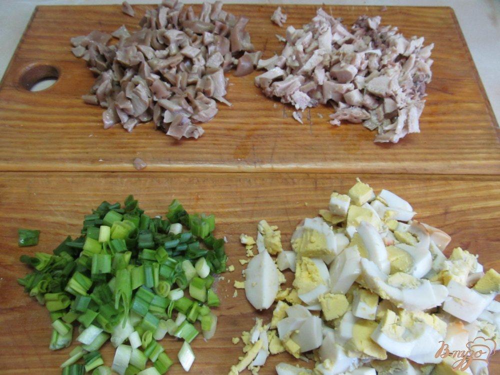 Фото приготовление рецепта: Салат из курицы грибов и арахиса шаг №2
