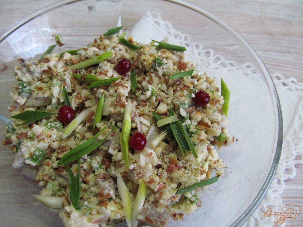 Фото приготовление рецепта: Салат из курицы грибов и арахиса шаг №5