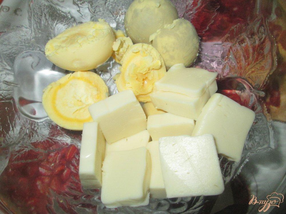 Фото приготовление рецепта: Фаршированные яйца с плавленым сыром и чесноком шаг №2
