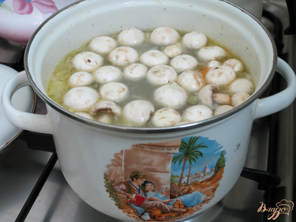 Фото приготовление рецепта: Суп с карасями, грибами и рисом. шаг №6