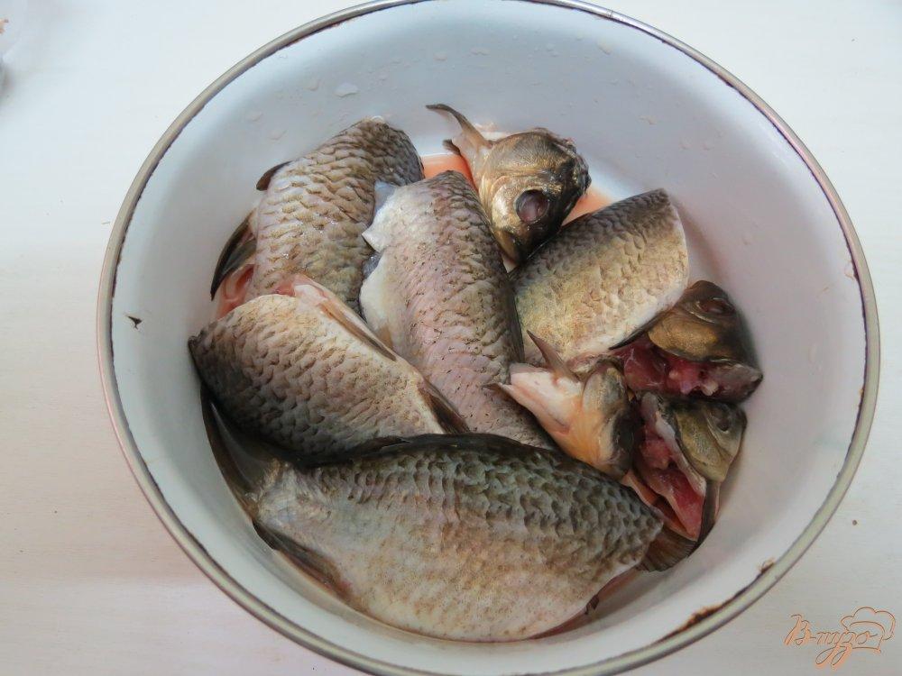 Фото приготовление рецепта: Суп с карасями, грибами и рисом. шаг №4