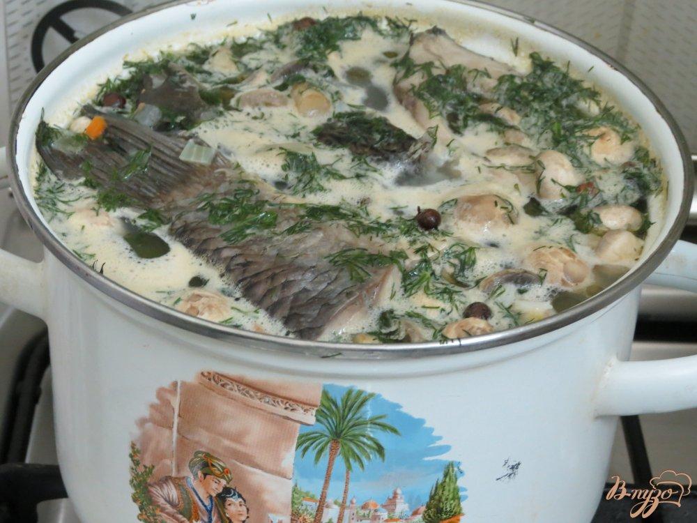 Фото приготовление рецепта: Суп с карасями, грибами и рисом. шаг №9