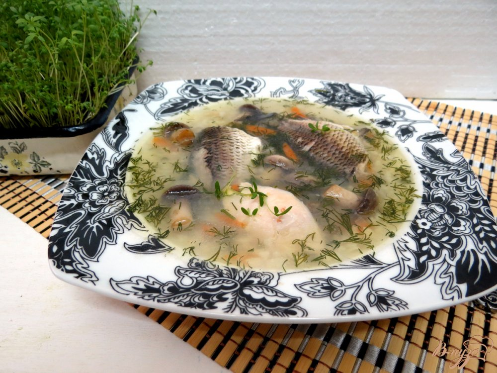 Фото приготовление рецепта: Суп с карасями, грибами и рисом. шаг №10