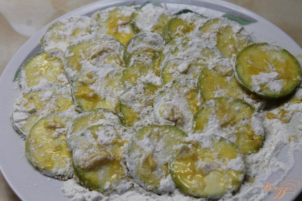 Фото приготовление рецепта: Цукини под чесночным соусом шаг №4