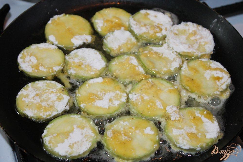 Фото приготовление рецепта: Цукини под чесночным соусом шаг №5