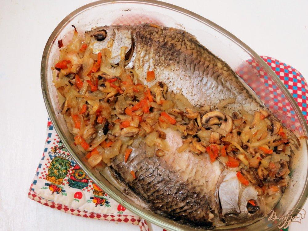 Фото приготовление рецепта: Караси запеченные с грибами шаг №8