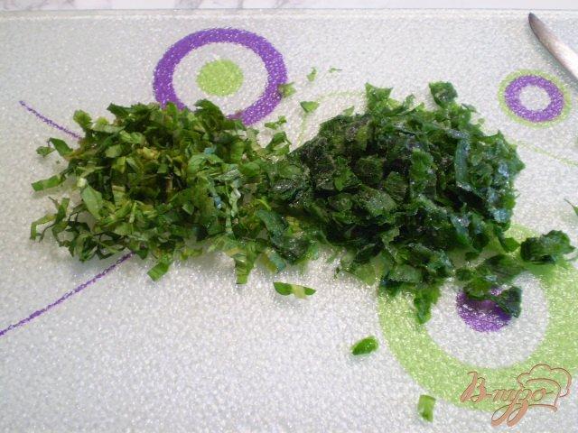 Фото приготовление рецепта: Блинчики с мятой и петрушкой шаг №3