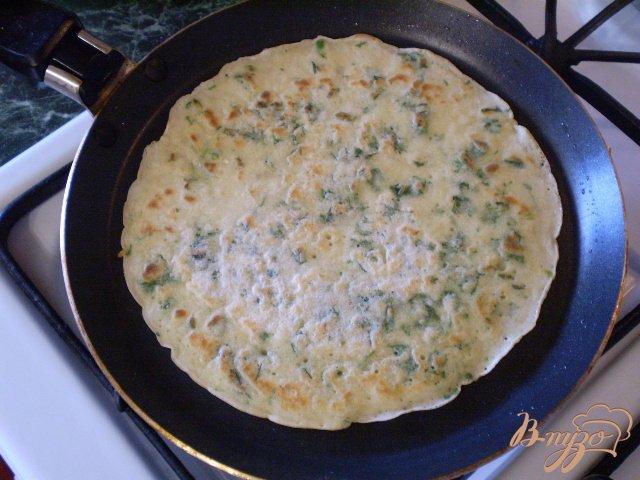 Фото приготовление рецепта: Блинчики с мятой и петрушкой шаг №6