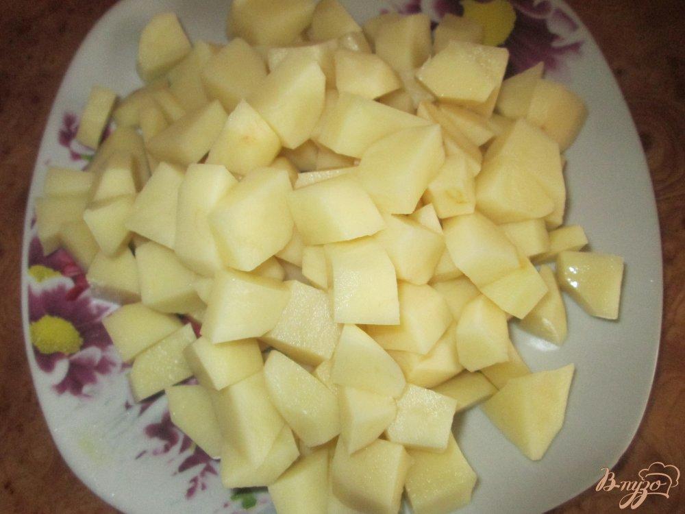 Фото приготовление рецепта: Сырный суп с курицей шаг №2