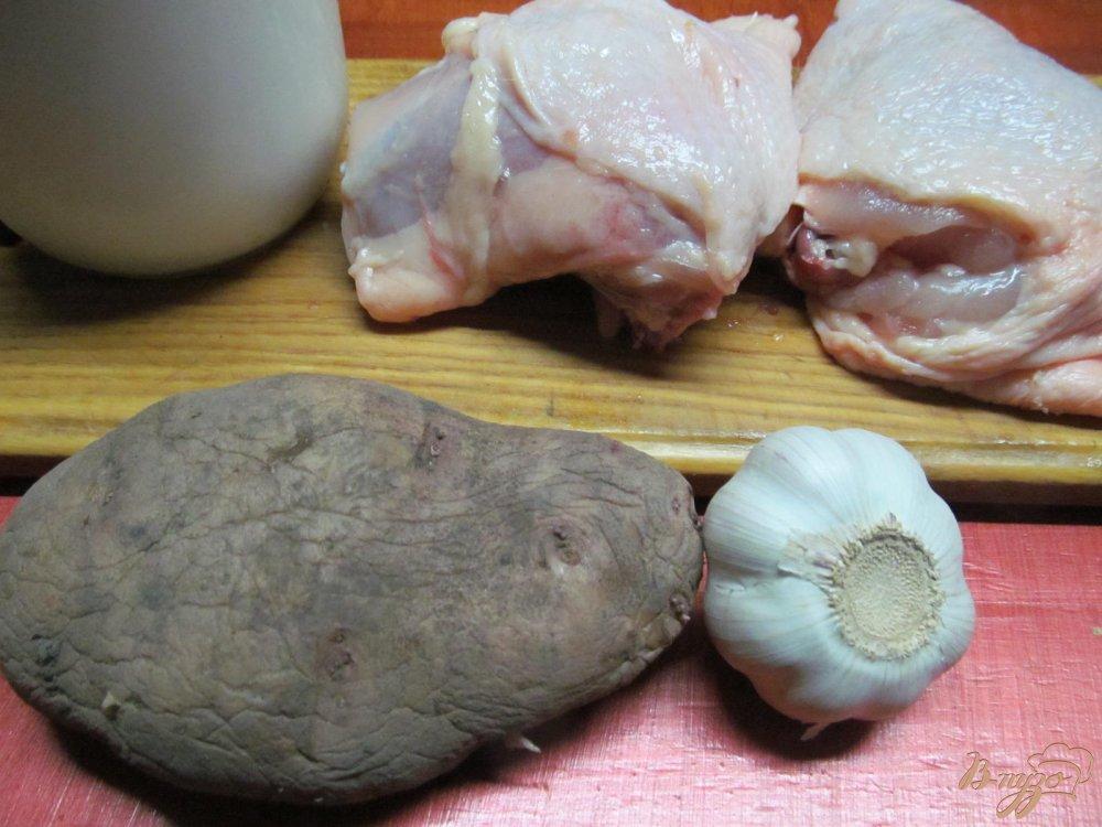 Фото приготовление рецепта: Куриные бедра с картофелем в молоке шаг №1