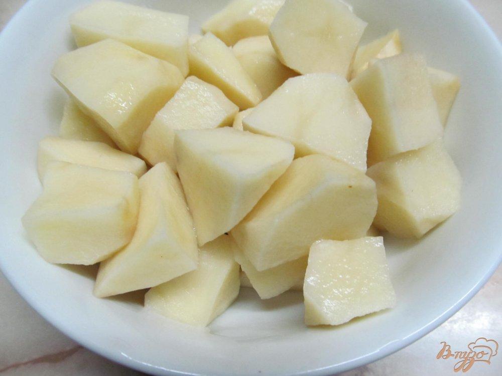 Фото приготовление рецепта: Куриные бедра с картофелем в молоке шаг №2