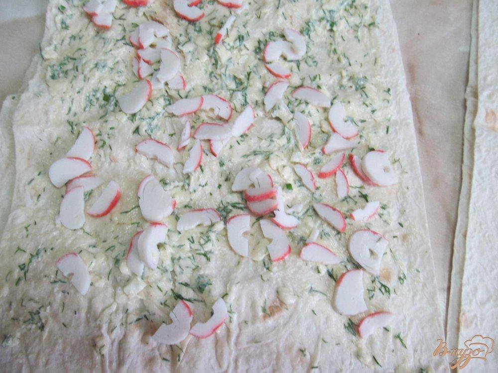 Фото приготовление рецепта: Лаваш с начинкой из сыра с крабовыми палочками шаг №5