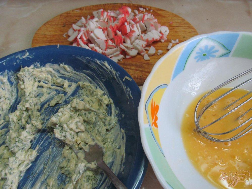 Фото приготовление рецепта: Лаваш с начинкой из сыра с крабовыми палочками шаг №3