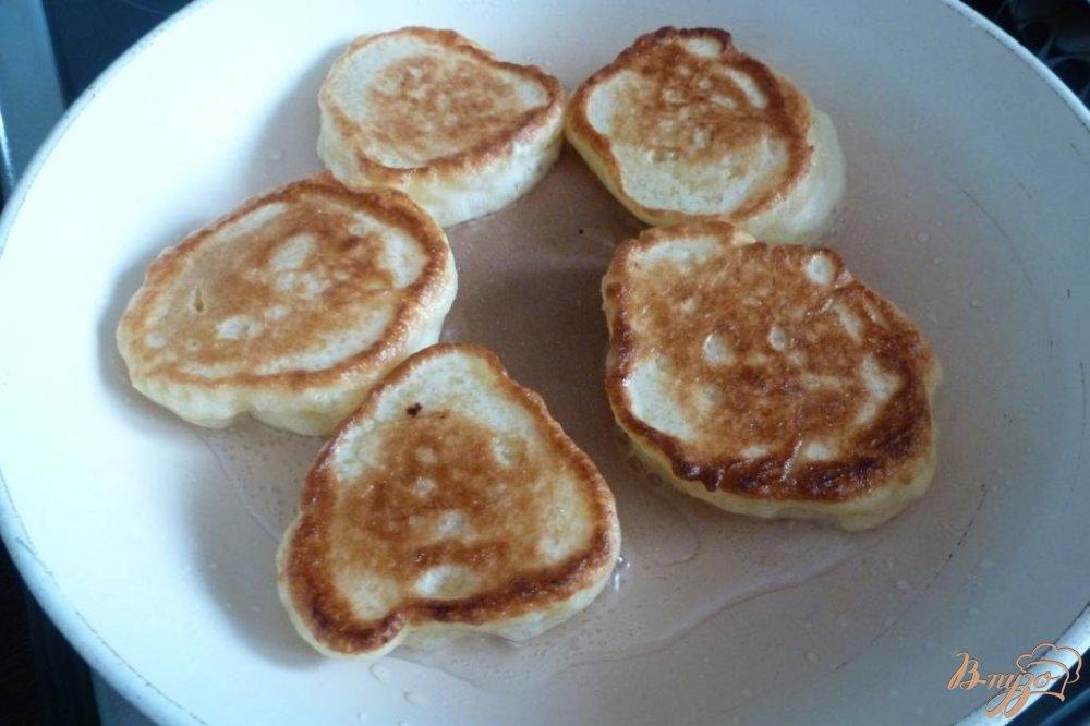 Фото приготовление рецепта: Дрожжевые оладьи из двух видов муки шаг №6